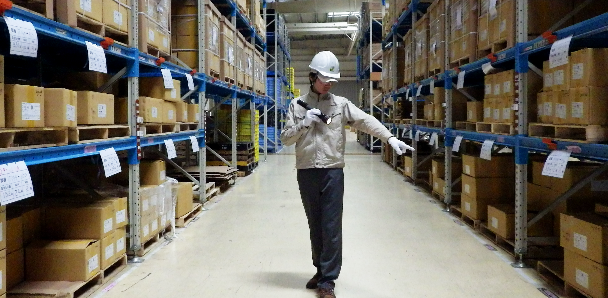 建築物内部の設備機器の状態を確認する写真