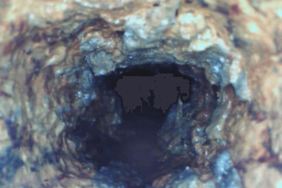 動脈硬化した排水管の様子