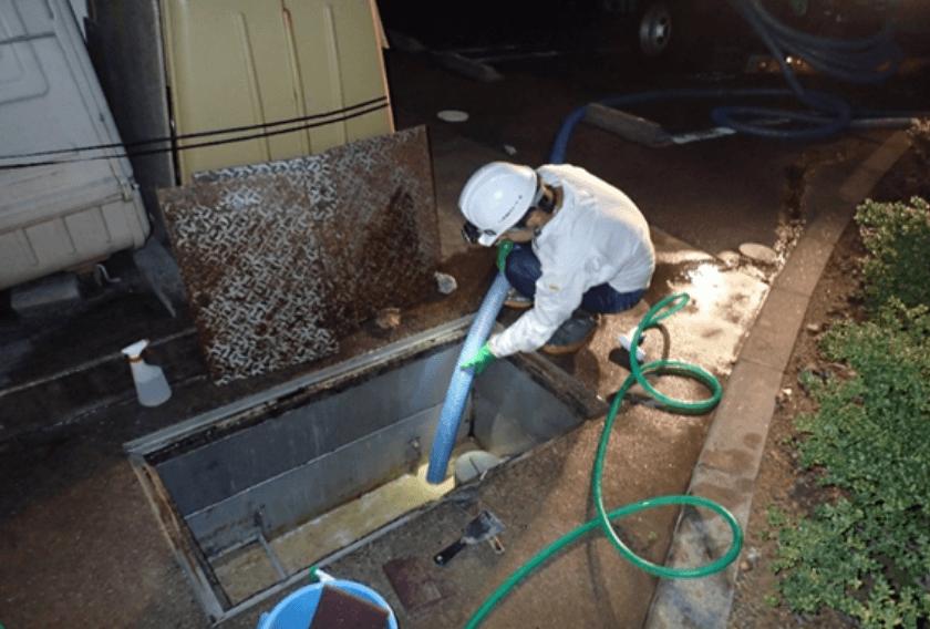 油水分離槽内に堆積した汚泥を吸引除去
