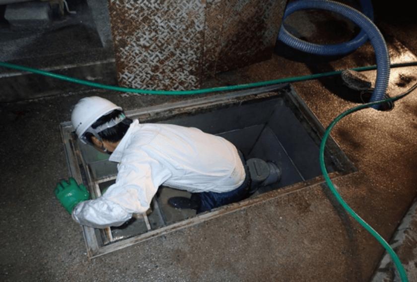 槽内に固着した有機質を丁寧に洗浄除去する写真