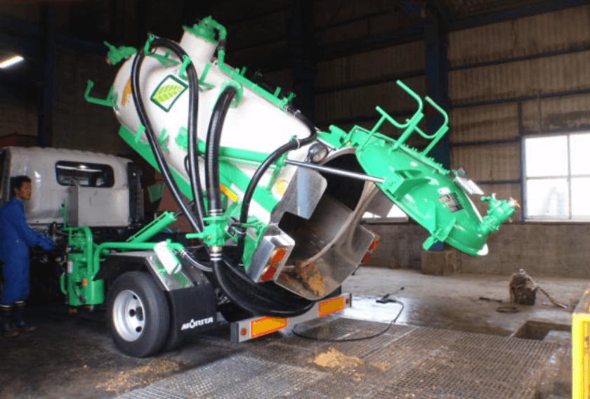 吸引除去した排水・汚泥を、産業廃棄物として処分場へ運搬する写真