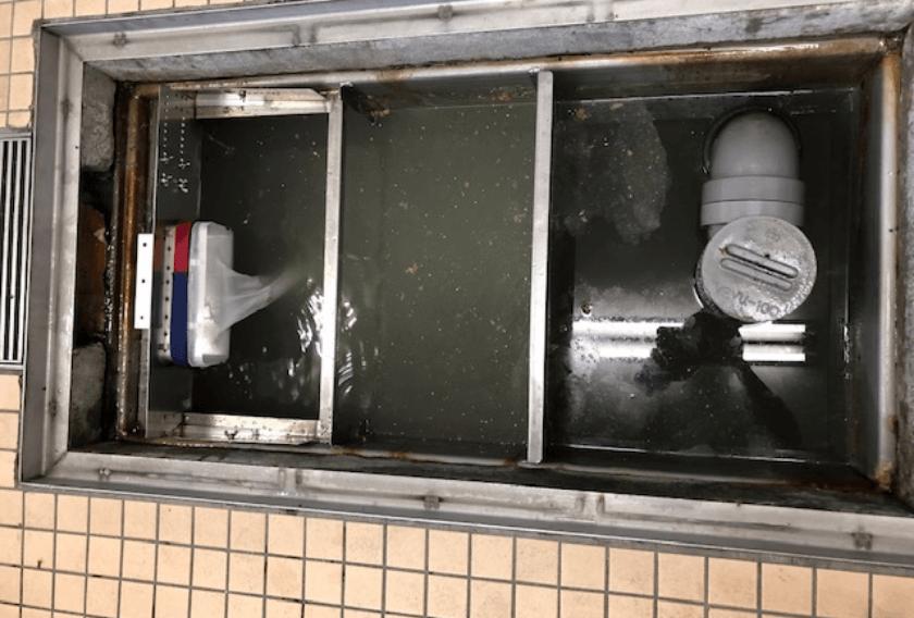 ろ過した汚泥を適正に処理でき、ろ過できない油脂を吸着除去するので、槽内の水質が改善できた