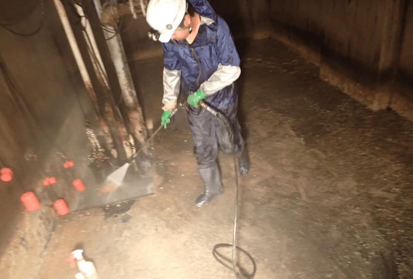 槽内の全域に高圧洗浄を実施