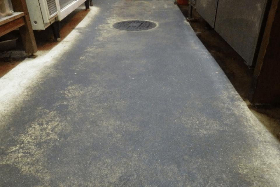 5年間清掃をしていない飲食店の厨房の施工前の床