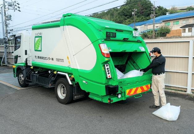 事業系一般廃棄物をトラックに積んでいる写真