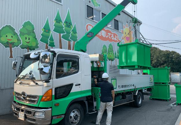 事業所より排出される様々な産業廃棄物を車両に積んでいる写真